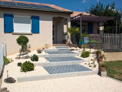 entrée de maison : escalier et plantation