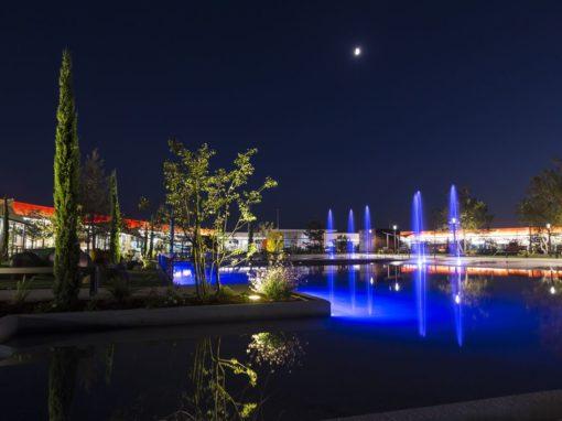 Bassin lumineux bleu et jets d'eau au Parc Saint Paul
