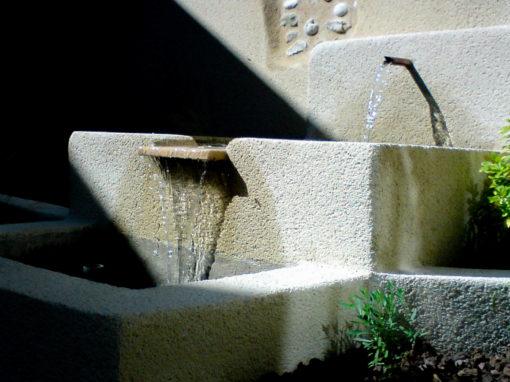 Fontaine extérieure moderne taillée en pierre