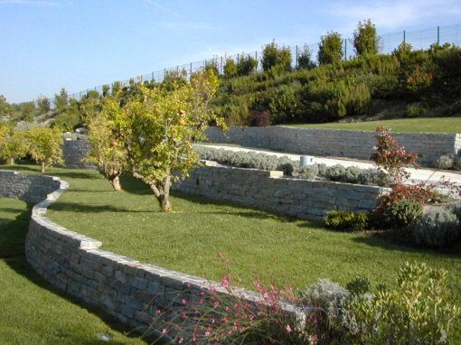 Aménagement et modelage d'un terrain par des murets en pierre