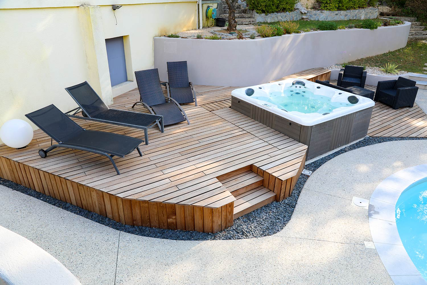 terrasse sur lev e sur mesure en bois avec spa valente. Black Bedroom Furniture Sets. Home Design Ideas