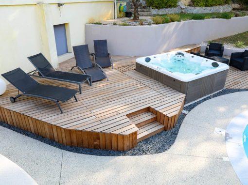 Spa sur terrasse extérieure en bois surélevée haut de gamme.