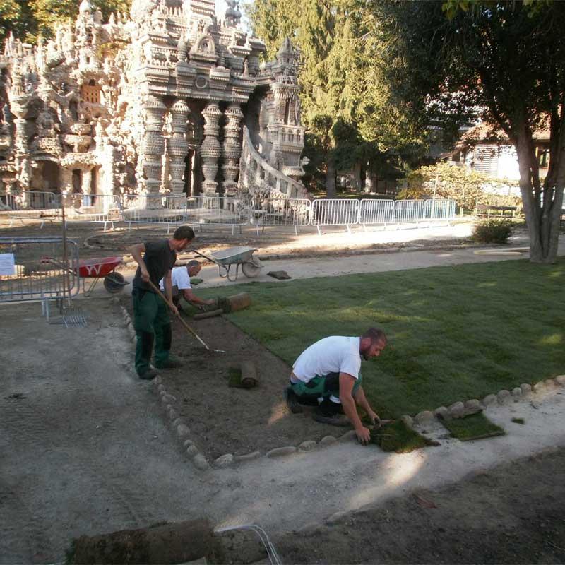 Installation des pelouses au Palais du facteur Cheval