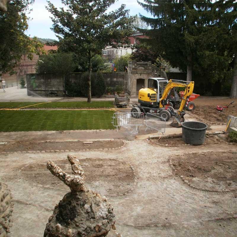 Installation des nouvelles pelouses au palais du facteur Cheval